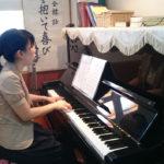 ピアノを弾く満喜子師
