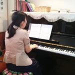 ピアノを弾く満喜子師2